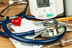 Misura di ipertensione Trattamento della malattia di civilizzazione Cuore ammalato immagine stock libera da diritti