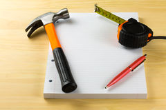 Misura di nastro, carta, penna Immagine Stock