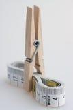 Misura di nastro e del Clothespin immagine stock libera da diritti