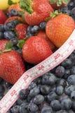 Misura di nastro e della frutta Immagine Stock