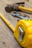 Misura di nastro, misura di nastro sui precedenti di legno marroni Immagine Stock