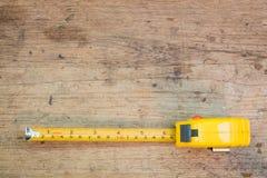 Misura di nastro, misura di nastro sui precedenti di legno marroni Fotografie Stock