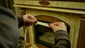 Misura di nastro nei centimetri Roulette della tenuta della donna Fotografia Stock Libera da Diritti