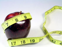 Misura di nastro rossa di colore giallo e della mela immagini stock