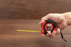 Misura di nastro su fondo di legno Immagine Stock