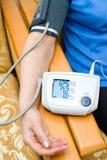 Misura di pressione sanguigna Immagine Stock