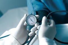 Misura di pressione sanguigna Immagine Stock Libera da Diritti