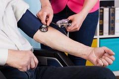 Misura di pressione in un centro ospedaliero Immagine Stock