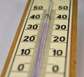 Misura di temperatura ambiente da un termometro a mercurio Fotografia Stock Libera da Diritti