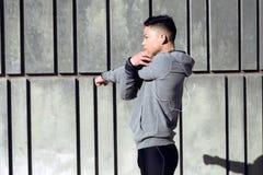 Misura e giovane sportivo che fanno allungamento nella città Fotografie Stock Libere da Diritti