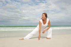 Misura la donna matura che esercita la spiaggia   Immagine Stock