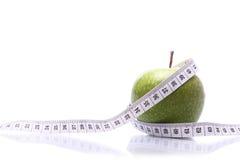 Misurazione della mela Fotografie Stock Libere da Diritti