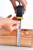 Misurazione della scatola con le roulette Fotografie Stock