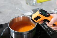 Misurazione della temperatura di minestra crema Fotografia Stock Libera da Diritti