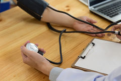 Misurazione di pressione sanguigna Il dottore e paziente Ritardi e braccia Fotografia Stock