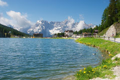 Misurina 's湖在阿尔卑斯 免版税库存照片