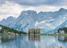 MISURINA, ITÁLIA - 11 DE AGOSTO DE 2013: Reflexões do lago em um nebuloso Fotografia de Stock Royalty Free