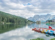 MISURINA, ITALIA - 11 AGOSTO 2013: Riflessioni del lago su un nuvoloso Fotografia Stock