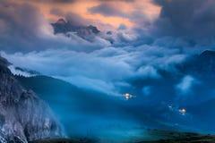 Misuruna湖在夜薄雾意大利阿尔卑斯, Tre Cime Di Lavared 库存照片