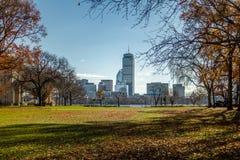 从MIT和查尔斯河看见的波士顿地平线在剑桥-马萨诸塞,美国 免版税库存图片