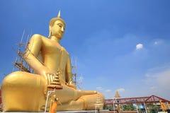 Mit überkreuzten Beinen Vermittlung des Sitzens der Buddha-Statue lizenzfreies stockbild