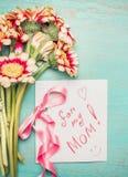 Mit карточки дня матерей цветет пук, розовая лента и рукописный текст: для моей мамы на затрапезной шикарной голубой предпосылке  Стоковое Изображение RF