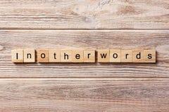 Mit anderen Worten Wort geschrieben auf hölzernen Block mit anderen Worten Text auf Tabelle, Konzept Lizenzfreies Stockbild