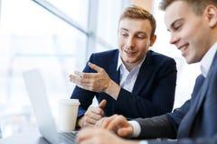 Mit-arbeitende Manager stockfotos