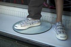 Mit Beinen versehene Mannequins in den karierten Schuhen Lizenzfreie Stockfotos