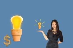 (Mit Beschneidungspfad) lächelndes Geschäftsfrauen Asien-Frauen presentin Lizenzfreies Stockfoto