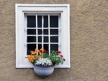Mit Blumen de Fenster Fotos de archivo libres de regalías