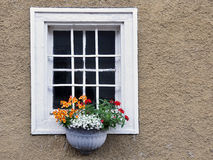 Mit Blumen di Fenster Fotografie Stock Libere da Diritti