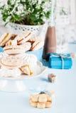 Mit Bonbons, Süßigkeiten, Plätzchen und Geschenken feiern Stockbilder