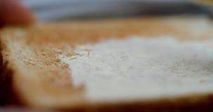 Mit Butter bestreichende Nahaufnahme 4K des Toasts stock video footage