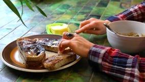 Mit Butter bestreichende Toast, zum mit der Suppe zu essen stock video footage