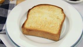 Mit Butter bestreichender Toast stock footage