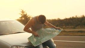 Mit dem Auto reisen Mann, der die Karte betrachtet stock video