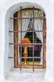 Mit dem Brennen des Fensters der elektrischen Lampe Stockfotografie