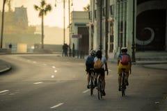 Mit dem Fahrrad früh reisen morgens lizenzfreies stockfoto