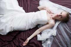 Mit dem Hochzeitskleid lizenzfreies stockfoto
