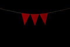 Mit dem Kopfe stoßen, drei rote Dreiecke auf Schnur für Fahnenmitteilung Lizenzfreie Stockfotografie