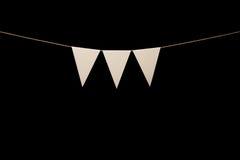 Mit dem Kopfe stoßen, drei weiße Dreiecke auf Schnur für Fahnenmitteilung Stockfotografie