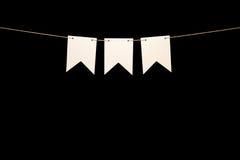 Mit dem Kopfe stoßen, drei weiße Formen auf Schnur für Fahnenmitteilung Stockfoto