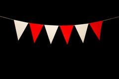 Mit dem Kopfe stoßen, sechs rote und weiße Dreiecke auf Schnur für Fahne messag Lizenzfreies Stockfoto