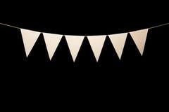 Mit dem Kopfe stoßen, sechs weiße Dreiecke auf Schnur für Fahnenmitteilung Stockfotografie