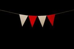 Mit dem Kopfe stoßen, vier rot und weiße Dreiecke auf Schnur für Fahne messa Lizenzfreie Stockfotos