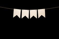 Mit dem Kopfe stoßen, vier weiße Formen auf Schnur für Fahnenmitteilung Lizenzfreies Stockbild
