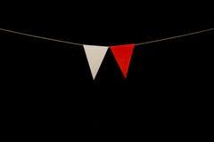 Mit dem Kopfe stoßen, zwei rot und weiße Dreiecke auf Schnur für Fahne messag Stockbild