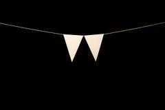 Mit dem Kopfe stoßen, zwei weiße Dreiecke auf Schnur für Fahnenmitteilung Stockfotografie