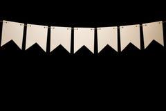 Mit dem Kopfe stoßen, sieben weiße Formen auf Schnur für Fahnenmitteilung Stockfotografie